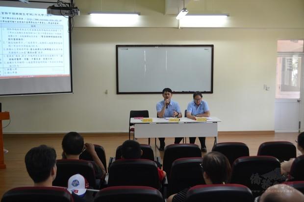 許秀琴(右一)、何思毅(左一)說明僑生回臺升學相關規定。