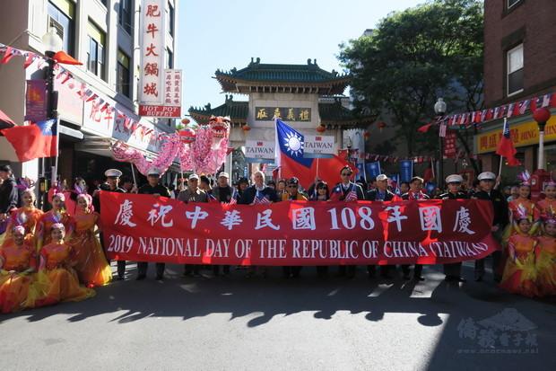 參加波士頓地區慶祝中華民國108年國慶遊行暨升旗活動的隧伍,,在中國城牌樓前集合,,準備向市政府廣場出發