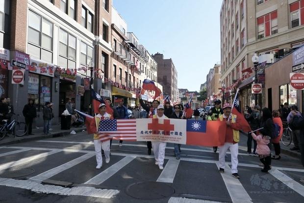 今年遊行的壓軸隊伍是由波士頓文教服務中心志工團和波士頓臺灣龍舟隊共同組成的「中華民國國旗隊」