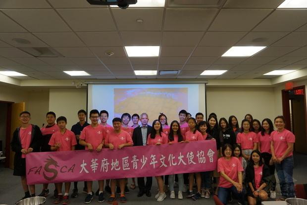 FASCA學員、蔣宜娟老師老師、董淑媛老師與僑教中心主任陳世池合影。