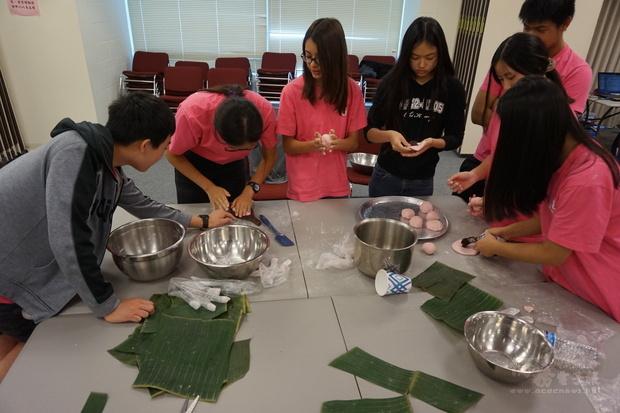 志工們學作紅龜粿。