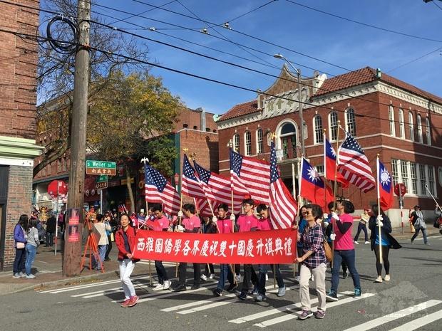 今年國慶遊行係由具百年歷史的西雅圖中華會館主辦,格具意義。