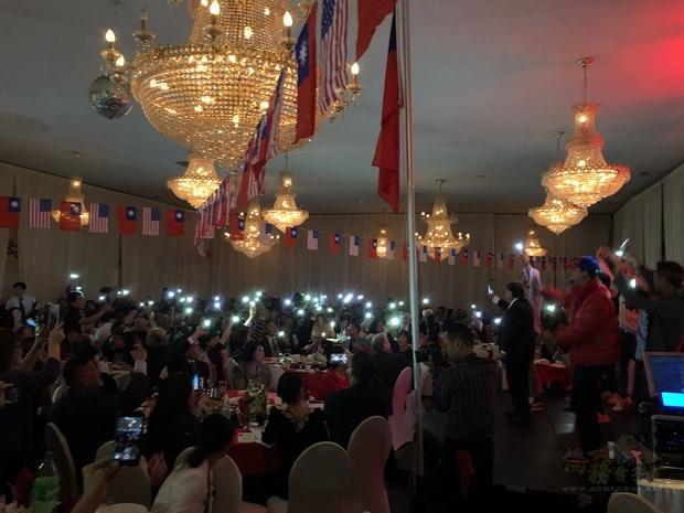 卡拉OK歡唱帶動臺下鄉親揮舞手機燈光,激發愛鄉愛國情懷,場面感人。