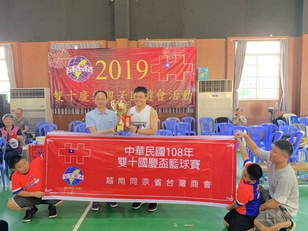鍾文正頒冠軍獎杯。