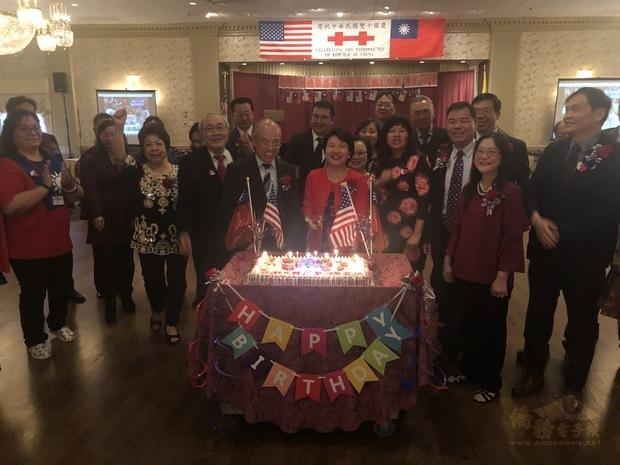 眾人演唱生日快樂歌,祝福中華民國108歲生日快樂。