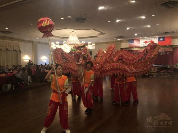 北新中文學校舞龍表演。