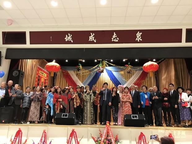 馬鍾麟 (中)、蘇上傑(右3)及重要嘉賓合唱中華民國頌。