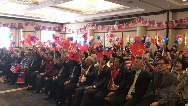 升旗典禮後於室內舉行慶祝大會,熱鬧非凡。