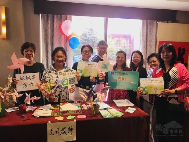 現場並舉辦文化美食園遊會,展示童玩、書法等傳統手工藝,美 食區則有客家料理、珍珠奶茶等道地的美味臺灣小吃,讓僑胞體 驗了一場溫馨熱鬧的國慶活動。