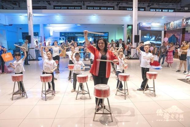 蒙媞耶爾親臨參觀僑校學生太鼓表演,與表演團隊合影留念。