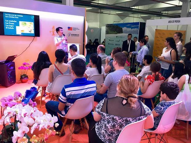 民眾踴躍前來聆聽「臺灣夜市」講座。