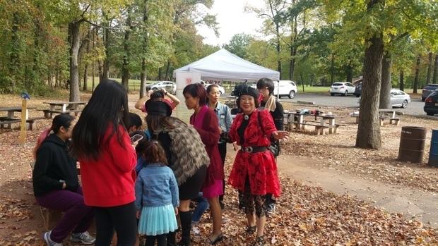 中美文化協會重陽秋遊,中美文創交流促進會舉辦了一場模擬模特走秀活動,吸引許多青少年參加。(世界日報提供)