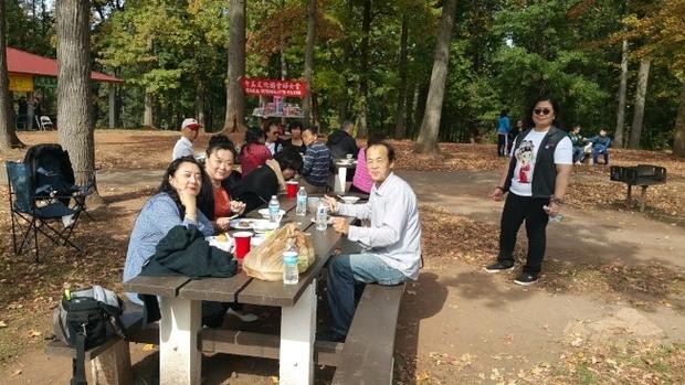 中美文化協會重陽秋遊,文協婦女會準備了豐富的禮品,帶領會員們舉行卡拉ok演唱會。(世界日報提供)