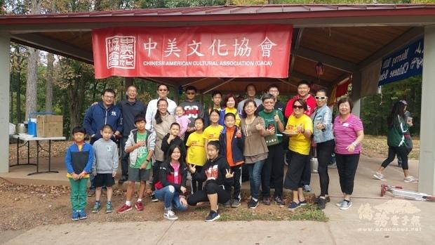中美文化協會重陽秋遊,會長陳雅玲感謝中文學校義工們的幫忙。(世界日報提供)