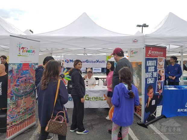 FASCA學員於攤位宣傳臺灣文化。