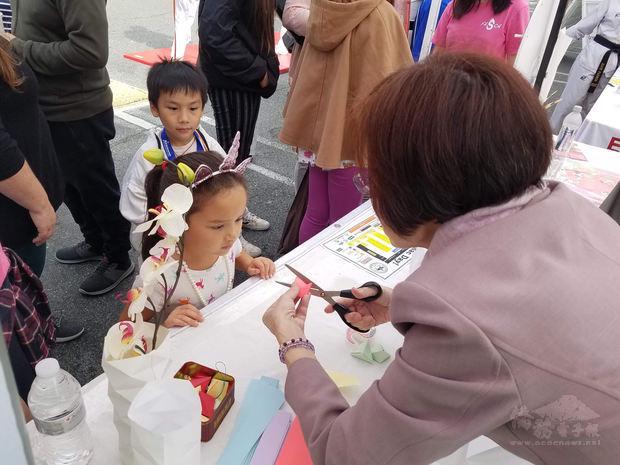 文化老師王怡閔紙藝教學。