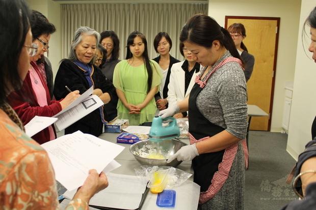 葉慈蕙實地示範鳳梨酥外皮製作流程。