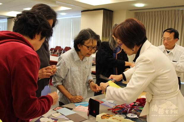 學員們個個費盡巧思做出各具特色之年節賀卡。