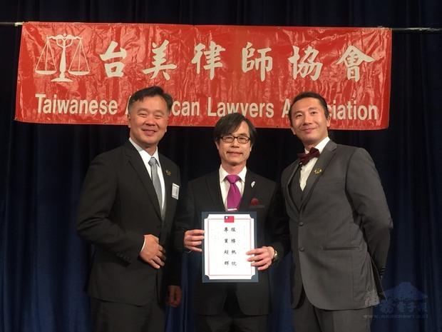 翁桂堂(中)致頒賀狀,陳啟耕(右)、陳秋昌(左)代表受贈。