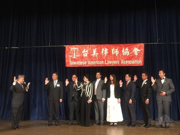 新任理事會成員宣讀誓詞。