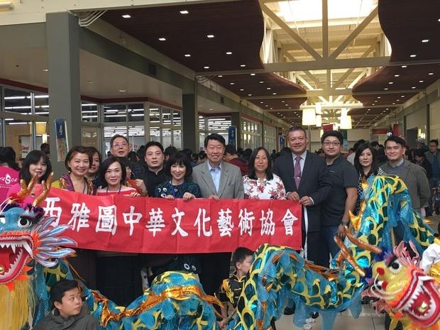 范國樞(右六)、梁浩婷(右五)及陳志賢(右一)等貴賓出席臺灣童玩節活動。