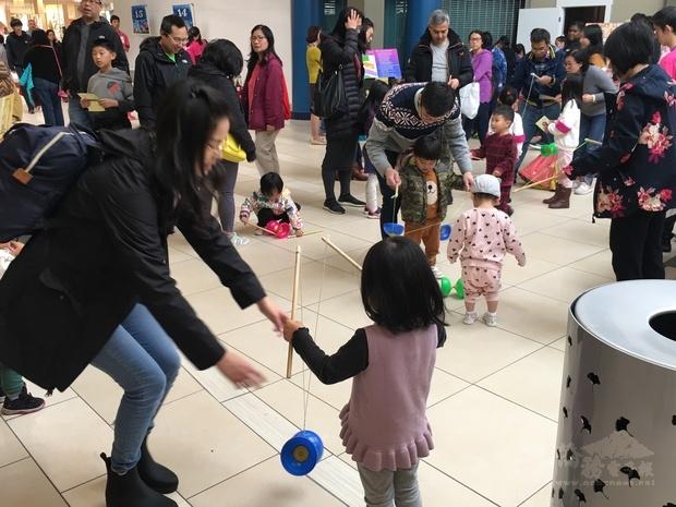 扯鈴廣受當地民眾及小朋友青睞,同時亦增進親子互動。