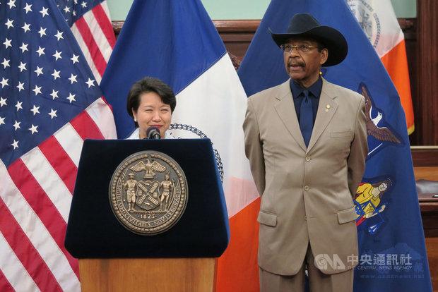 紐約市議會當地時間24日舉辦慶祝台灣文化傳統活動,駐紐約辦事處處長徐儷文(左)期盼台美連結與友誼愈來愈深厚。右為主持活動的紐約市議員狄亞士。(中央社提供)