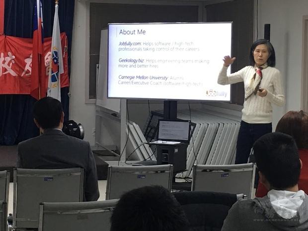 呂美定分享創業就業經驗,並與鄉親熱烈互動,廣泛交換意見