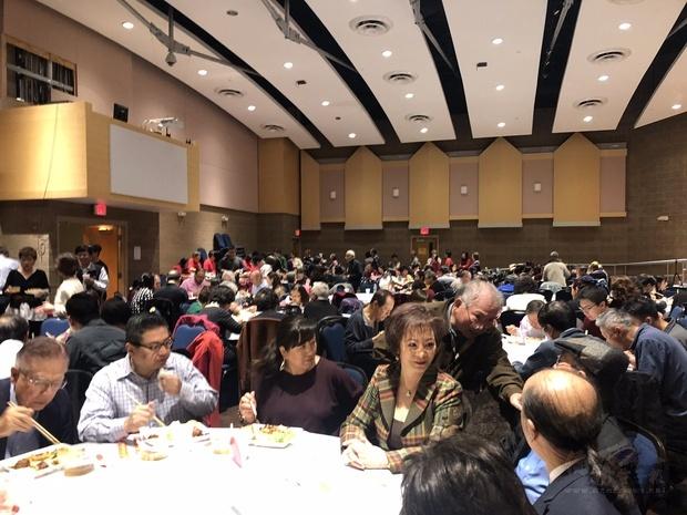 美中近300位僑民參加。