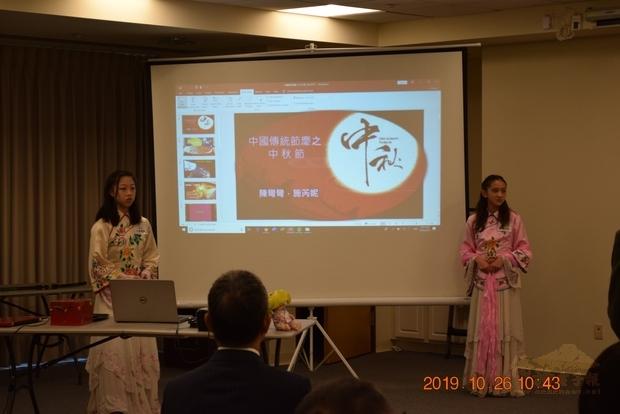 參加競賽同學以數位導覽方式,介紹中秋節慶及文房四寶。