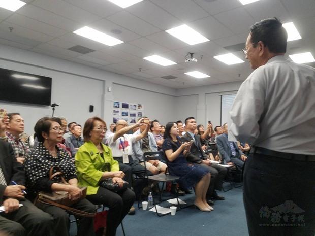 超過百位民眾出席,專注聆聽吳興鏞演講。