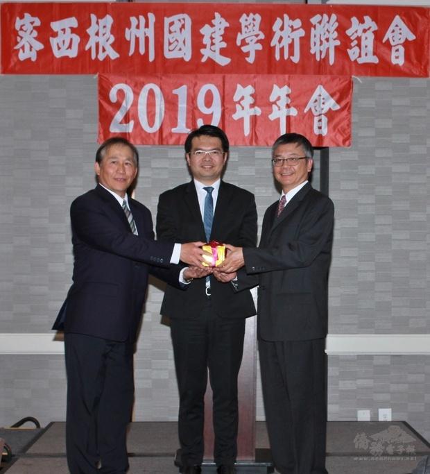 上屆會長莊天彬(左)交接新屆會長鄒伯玉(右),王偉讚監交(中)。