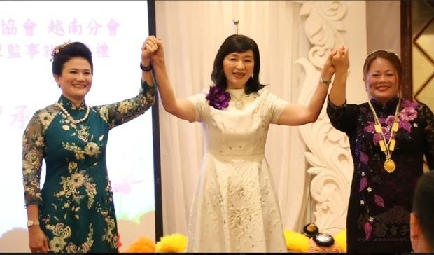 世華世界總會長劉琍綺(中)與越南分會第三屆會長林淑莉(左)、第四屆會長林詩萍合影
