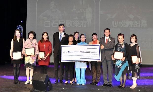 鄧華一(右3)代表捐款與食物銀行賑濟弱勢民眾。