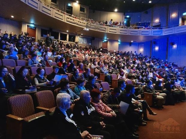 全加中華總會館綜藝慈善晚會,各界嘉賓約300人參加。