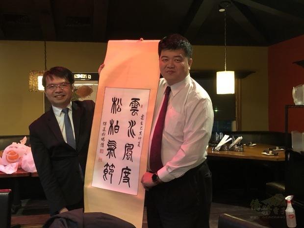 王偉讚(左)與吳宗岷合影。
