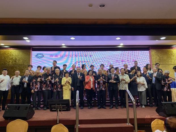 洪慧珠(左9)出席霹靂留學臺灣同學會「53週年文華之夜」晚宴與貴賓合影。