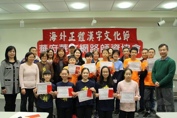 湯秋玲(後排右9)、王怡如(後排右11)與得獎同學及評審們合影。