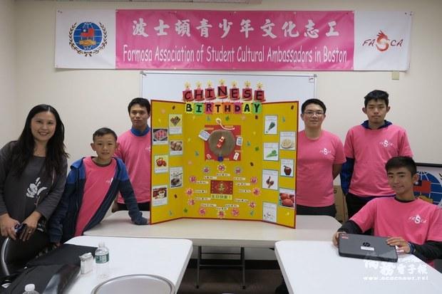 學員展示海報成果。