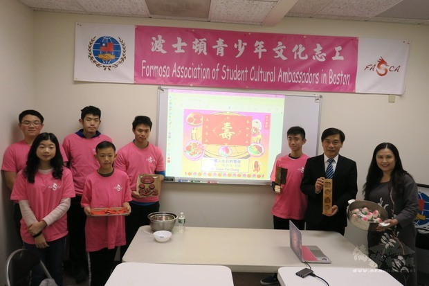 歐宏偉(右二) 、張君芳(右一)及學員介紹臺灣傳統慶生習俗。