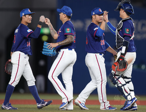 Taiwan crushes S. Korea in Premier12, keeps Olympic hopes alive