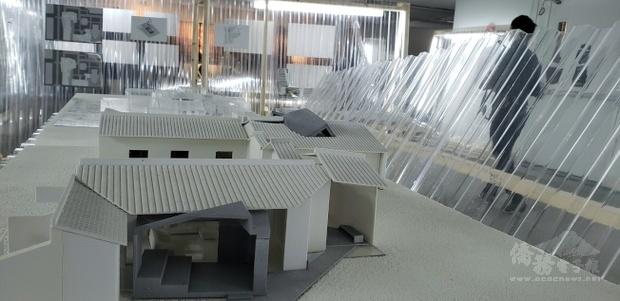 以台灣元素波浪板做隔間、展壁和裝飾,會場晶亮剔透,潮味十足。(世界日報提供)