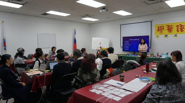劉芳玲以教材主題制定、教材特色分享教學心得。