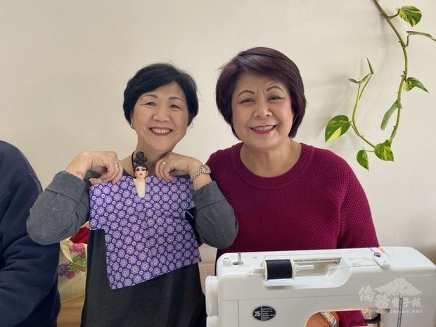 梁桂台(右)帶來縫紉機為戲偶製作服裝。