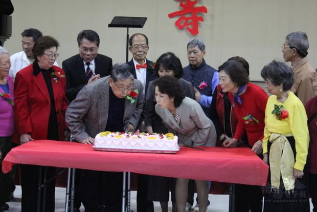 會長趙婉兒(右三)與當日最高齡壽星(左二)一同吹蠟燭慶生。(世界日報提供)