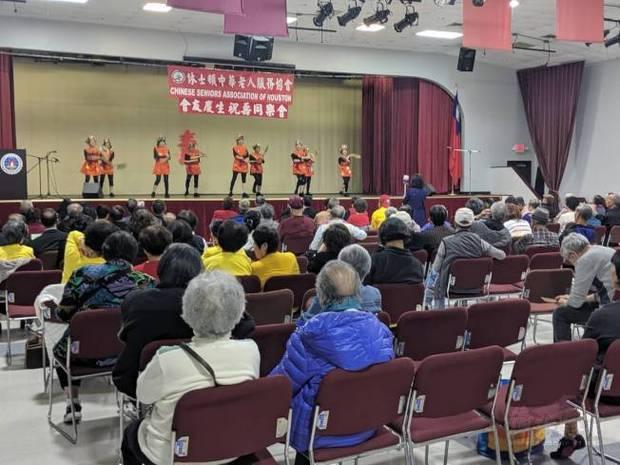 老人服務協會表演舞蹈「世界第一等」。(世界日報提供)
