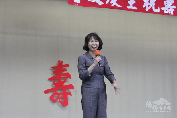 文教中心主任陳奕芳笑稱這是「青年俱樂部」的活動。(世界日報提供)