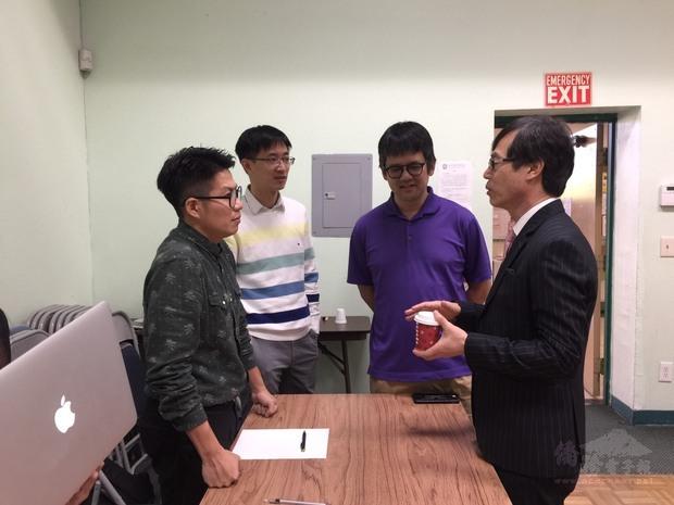 翁桂堂與職涯協會工作人員意見交流。