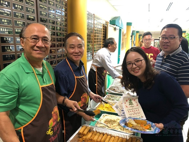 林榮松(左1)、蔡漢成(左2)與學生合影。