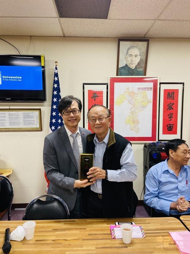 翁桂堂代表辦事處致贈禮物。
